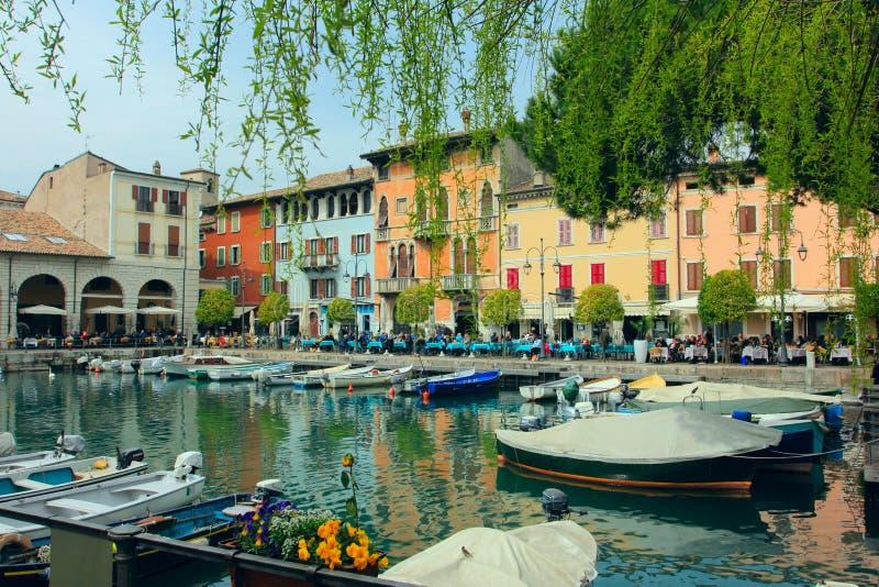 DESENZANO, ITALIË - APRIL 3, 2018: desenzano del garda vakantietoevlucht op het gardameer - porto vecchio, desenzano, Lombardije, royalty-vrije stock foto's