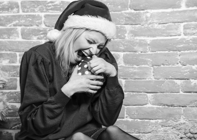 Deseo lista Definitivamente como Todo lo que quiero es Navidad Mujer emocionada regalo de apertura de santa claus Nochebuena foto de archivo libre de regalías