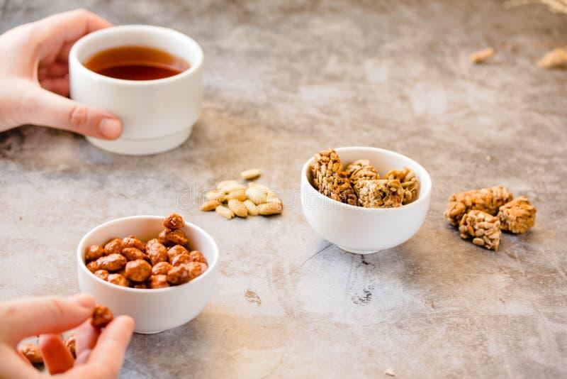 Deserów bary robić słonecznikowi ziarna w miodowym karmelu tradycyjny gozinaki s?odycze gozinaki Karmelizujący arachidy w bielu zdjęcia stock