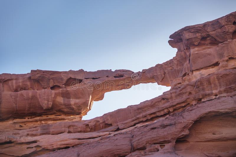 Deser de Wadi Ram Oscile el arco Empiedre el puente Señal de Jordania fotos de archivo