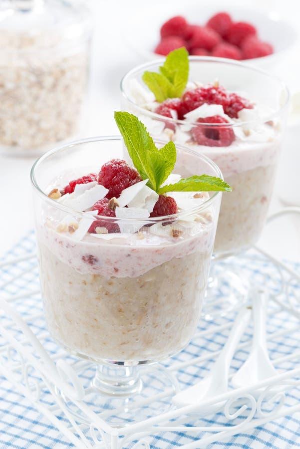 Deser z oatmeal, batożącą śmietanką i malinkami, zakończenie zdjęcie royalty free