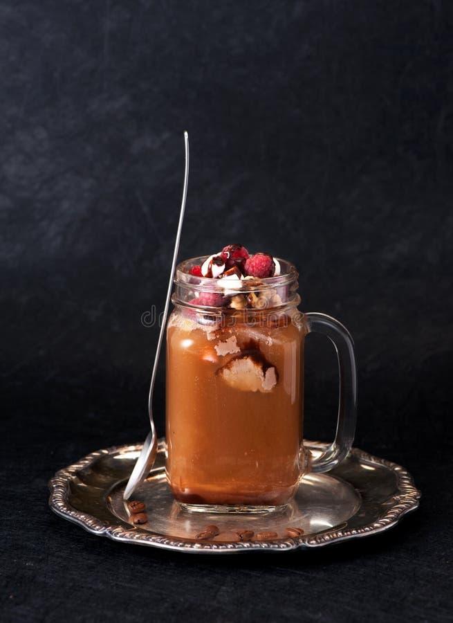 Deser zamrażał kawę z czekoladowym lody i malinkami zdjęcia stock