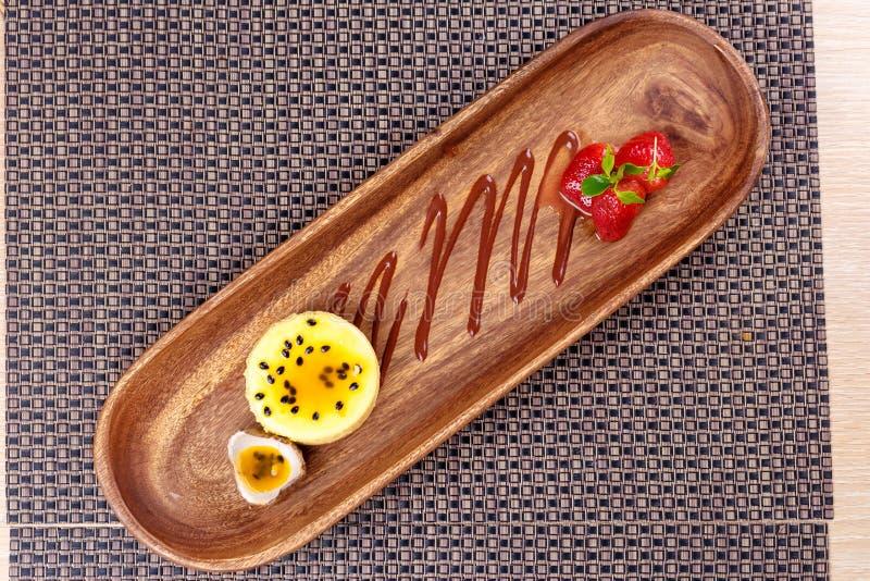 Deserowy Panny Cotta z pasyjnej owoc truskawką i mennicą, Włoski deser zdjęcie royalty free