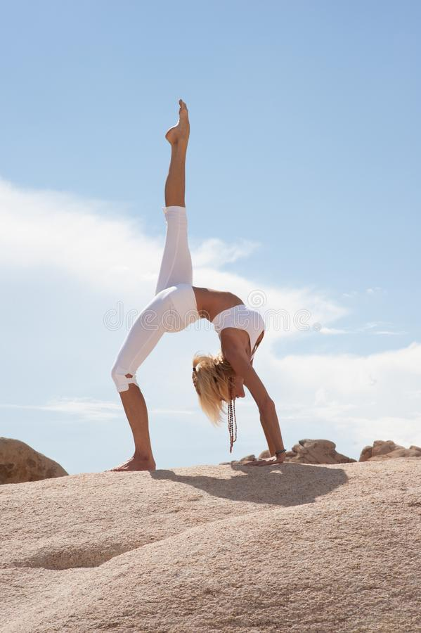 Free Desert Yoga Woman Urdhva Dhanurasana Pose Royalty Free Stock Photos - 147955808