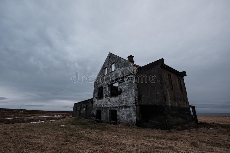 Deserted abandonó la casa vieja de la ruina, casa encantada foto de archivo libre de regalías