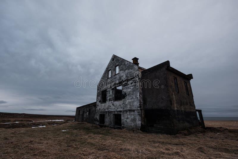 Deserted abandonou a casa velha da ruína, casa assombrada foto de stock royalty free