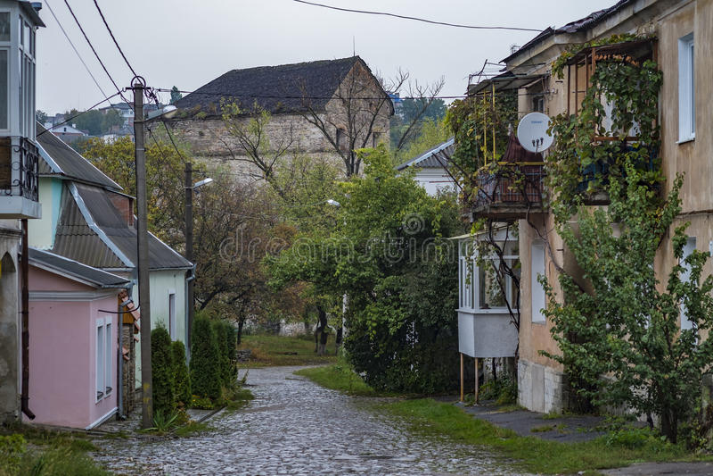 Deserted cobbled a rua em Kamianets-Podilskyi imagens de stock royalty free