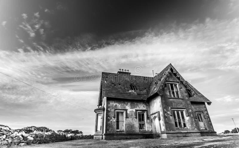Deserted a hanté la maison en noir et blanc photos libres de droits