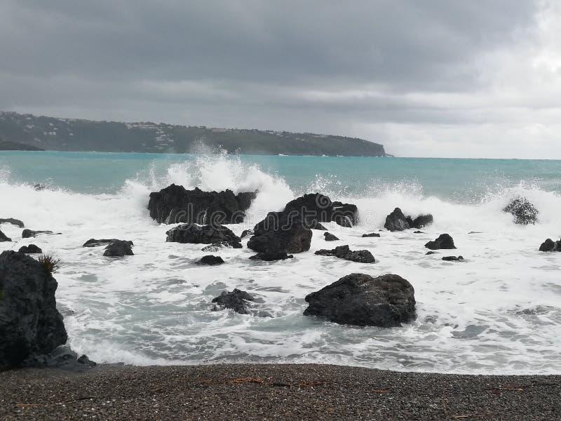 Deserterad strand, d?rf?r att havet ?r stormigt arkivfoton