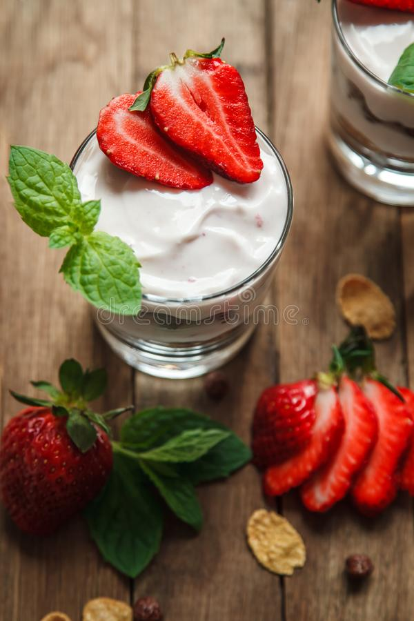 Deserto, con yogurt e le fragole fresche immagini stock