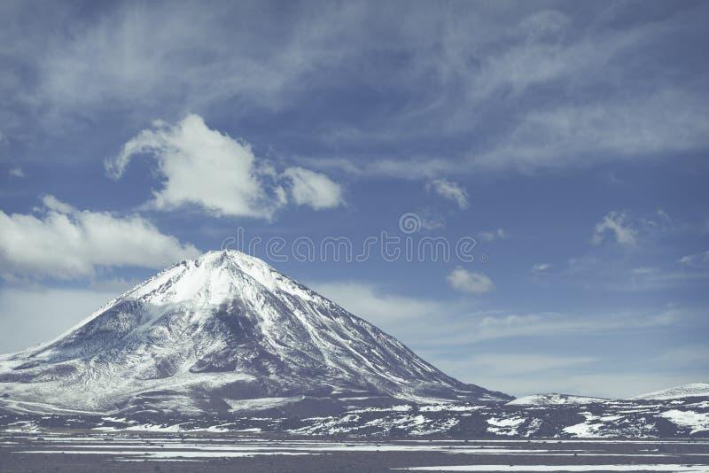 Deserto de Atacama, Bolívia com as montanhas e o azul coloridos majestosos foto de stock