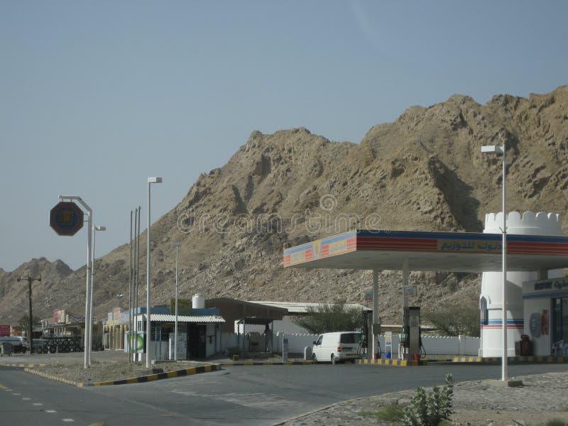 Deserto de Dubai no por do sol perto da estrada a Omã imagem de stock