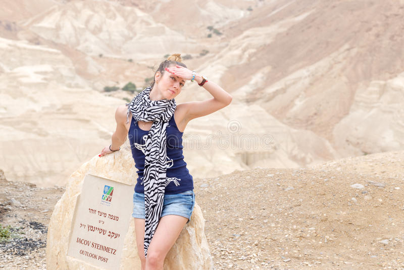 Deserto de levantamento modelo da jovem mulher bonita fotos de stock