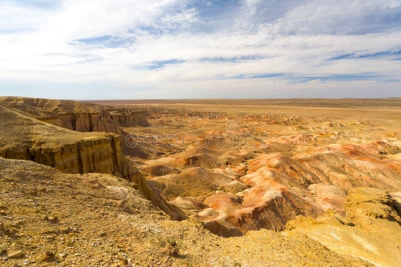 Deserto del Gobi ardente Mongolia del bordo di Bayanzag delle scogliere fotografia stock