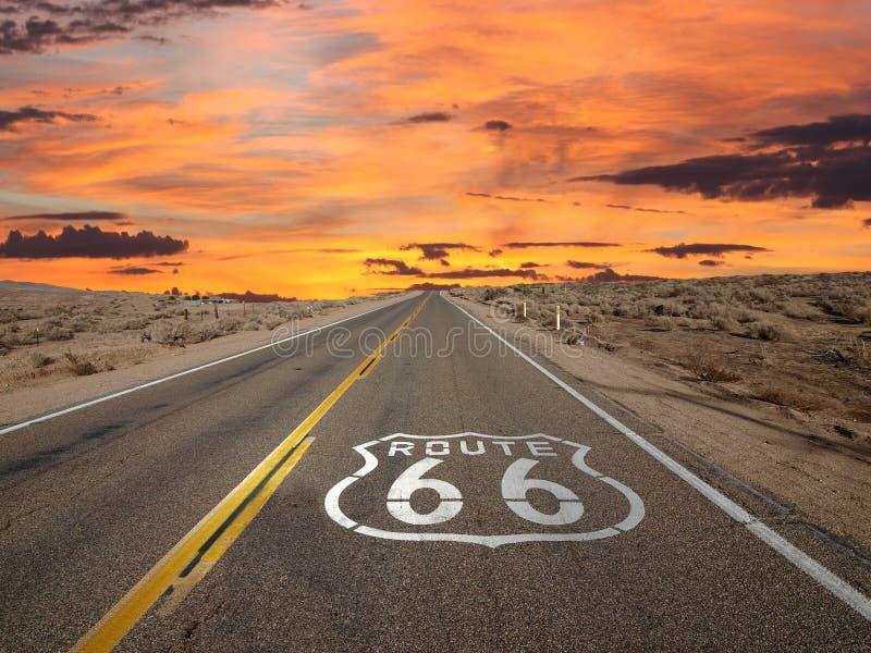 Deserto del Mojave di alba del segno della pavimentazione di Route 66 fotografia stock libera da diritti