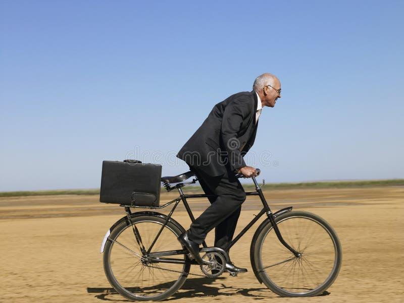 Deserto di Riding Bicycle In dell'uomo d'affari immagini stock