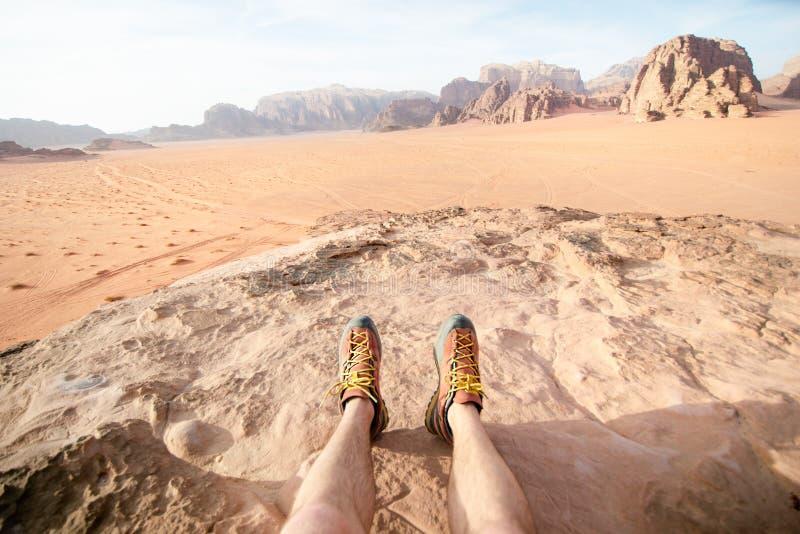 Deserto di Wadi Rum del parco nazionale della Giordania Bella vista ed immagine panoramatic delle gambe dell'uomo e delle scarpe  immagini stock libere da diritti
