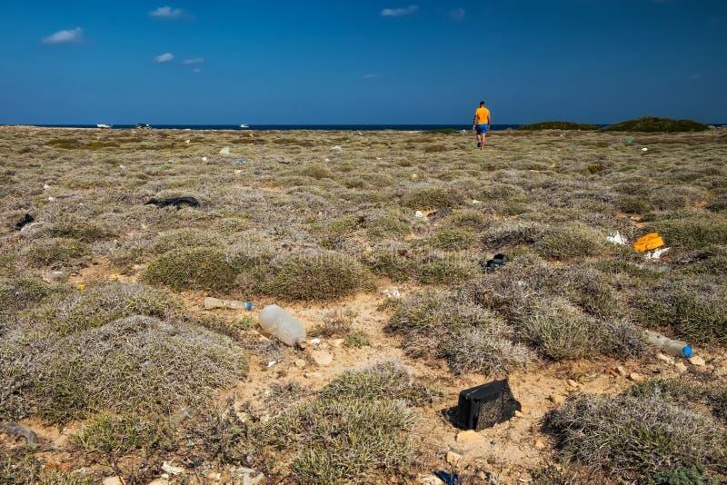 Deserto do mar com lixo imagens de stock