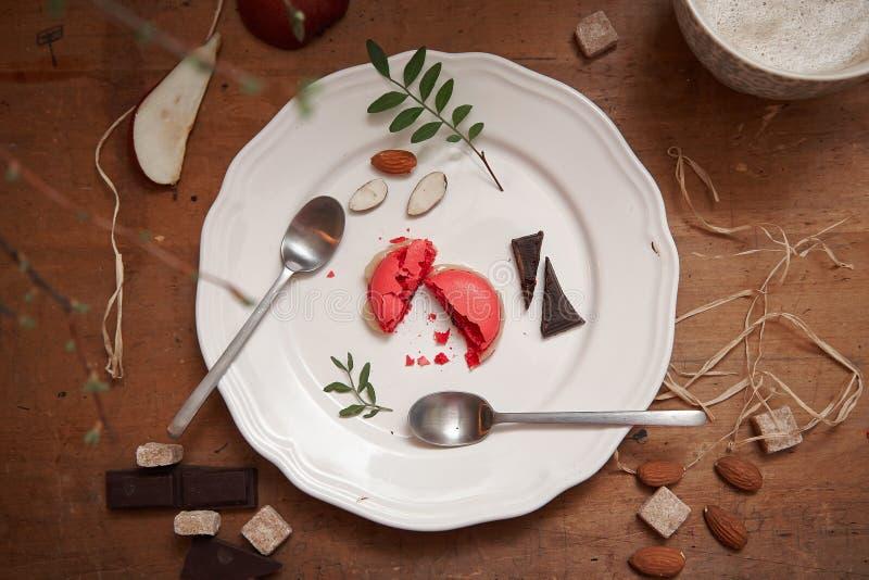 Deserto e chocolates do macaron de Rapsberry imagens de stock royalty free