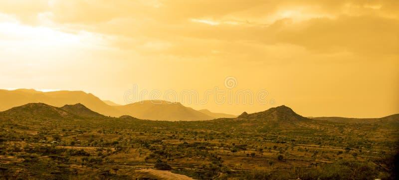 Deserto e montanhas no deserto perto da Etiópia, Somália, D imagem de stock