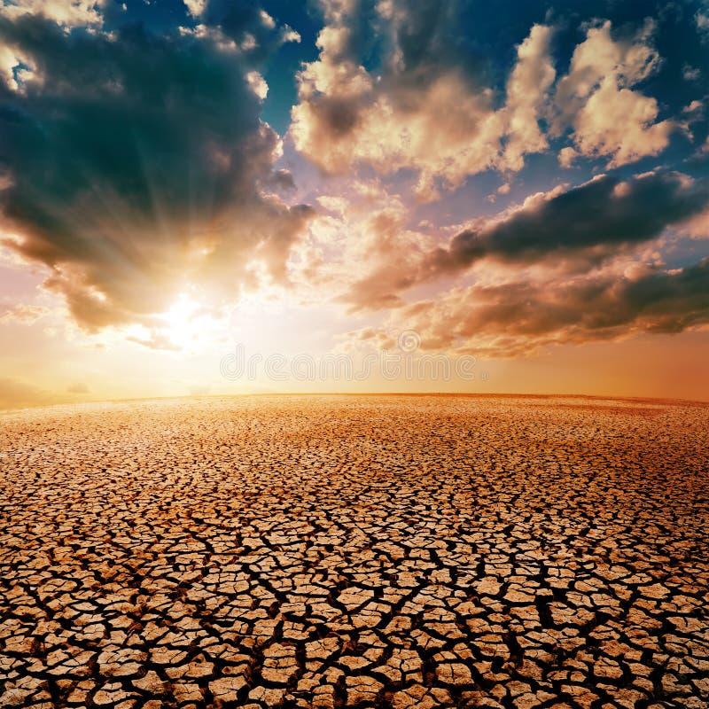 Deserto e tramonto drammatico immagini stock libere da diritti