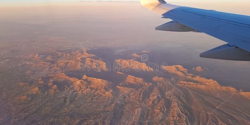 Deserto marrom rochoso com montanhas desoladas com um conceito do planeta de Marte foto de stock royalty free