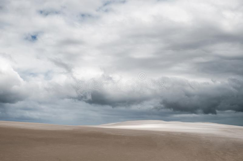 Deserto sotto il cielo tempestoso - sfondo naturale fotografie stock libere da diritti