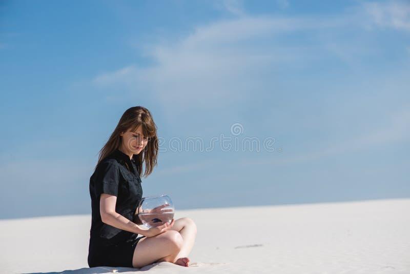 Deserto vazio e uma fêmea com aquário foto de stock royalty free