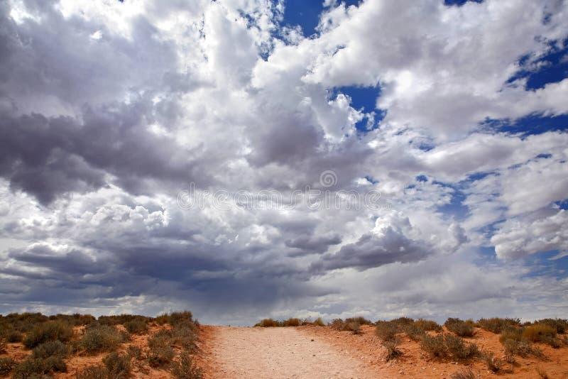 Deserto vermelho e céu nebuloso, página - o Arizona fotos de stock royalty free