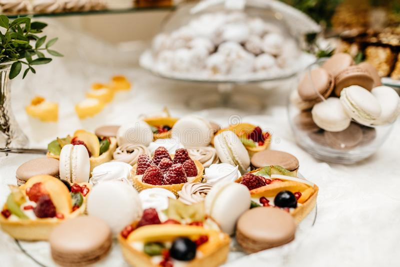 Deseru stół dla przyjęcia Ombre zasycha, babeczki, słodkość i f, obrazy royalty free