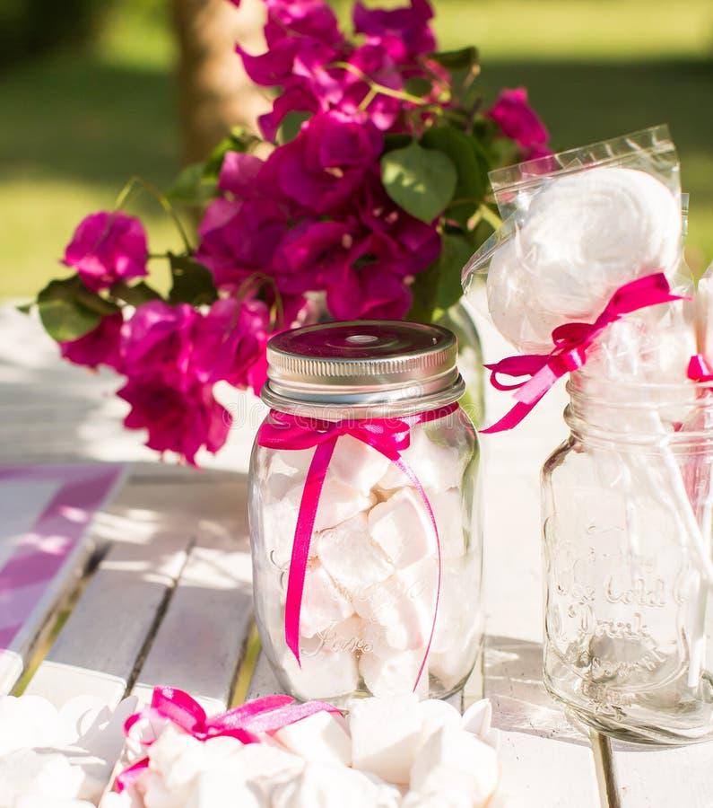 Deseru stół dla przyjęcia Ombre zasycha, babeczki, słodkość i f, obrazy stock