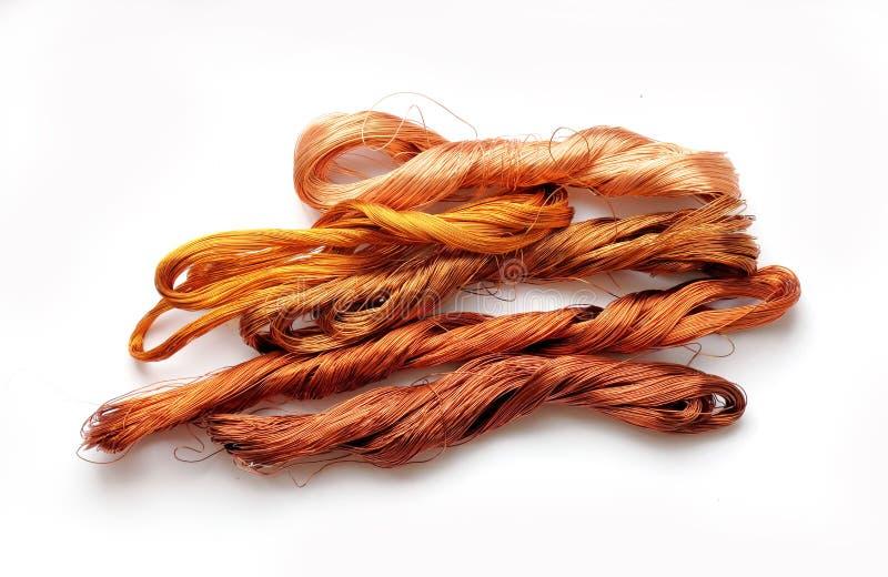 Desfaça-se do fio de cobre isolado no fundo branco foto de stock