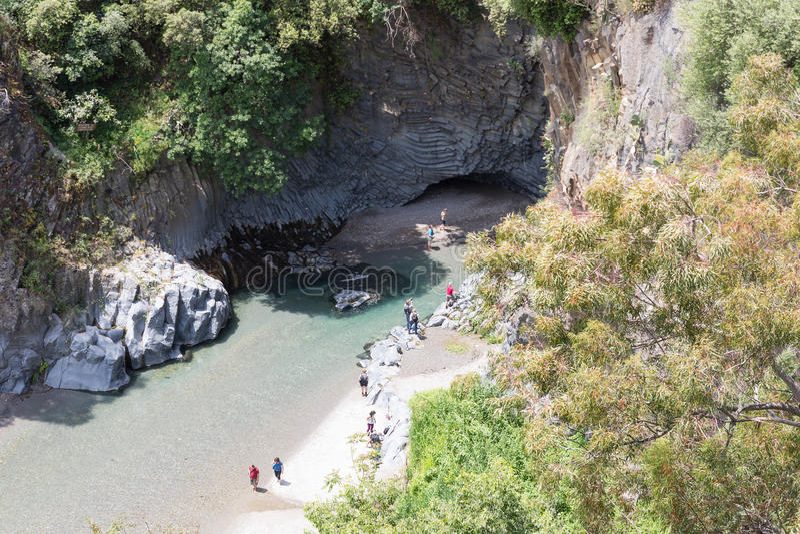 Desfiladeiro de Alcantara da vista aérea com os turistas que exploram a ravina, Itália foto de stock royalty free