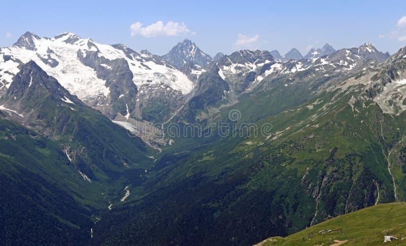 Desfiladeiro de Alibek (vale), cume caucasiano principal de Alibek, Cáucaso, Rússia imagens de stock royalty free