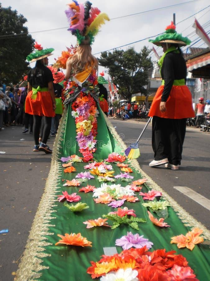 Desfile Agustusan Kemerdekaan de la independencia de Indonesia de la flor del traje foto de archivo libre de regalías