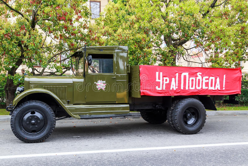 Desfile de automóviles celebrador de Sochi Victory Day Cars foto de archivo