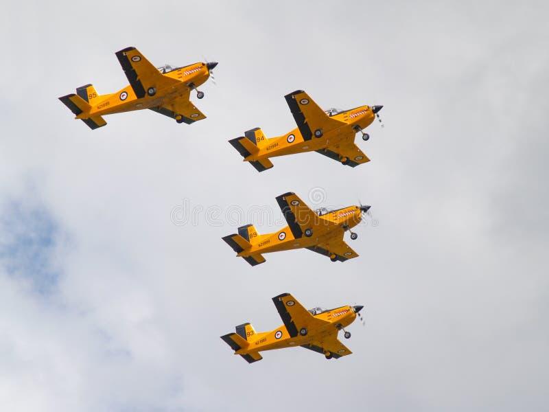 Desfile de aviones de entrenamiento amarillo de cuatro aviones en la formación foto de archivo libre de regalías