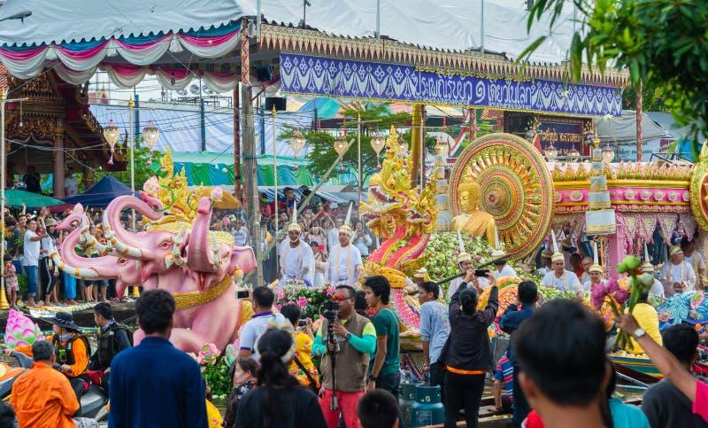 Desfile de barcos Lotus Festival de recepción el fin de la tradición budista del Día de Cuaresma Wat Bangplee yai nai imagenes de archivo