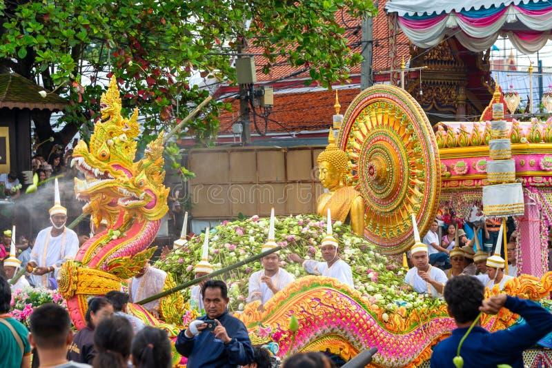 Desfile de barcos Lotus Festival de recepción el fin de la tradición budista del Día de Cuaresma Wat Bangplee yai nai foto de archivo