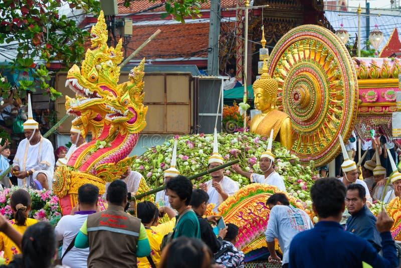 Desfile de barcos Lotus Festival de recepción el fin de la tradición budista del Día de Cuaresma Wat Bangplee yai nai fotos de archivo