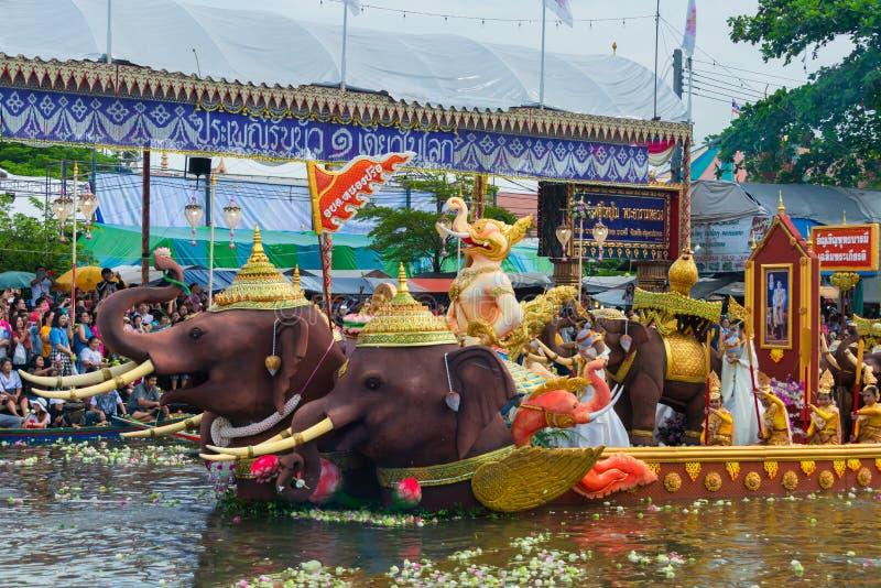 Desfile de barcos Lotus Festival de recepción el fin de la tradición budista del Día de Cuaresma Wat Bangplee yai nai imágenes de archivo libres de regalías