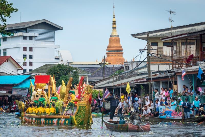 Desfile de barcos Lotus Festival de recepción el fin de la tradición budista del Día de Cuaresma Wat Bangplee yai nai foto de archivo libre de regalías