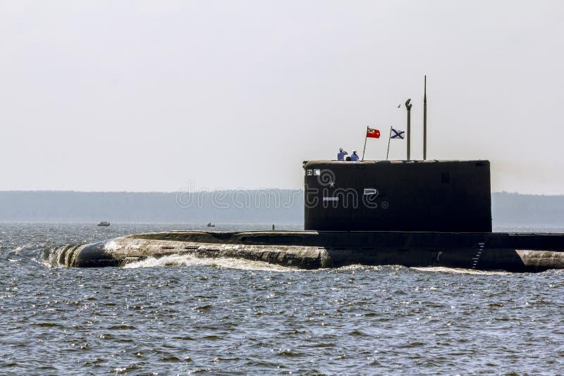 Desfile de buques de guerra y de submarinos en el día de la marina de guerra en imagen de archivo libre de regalías