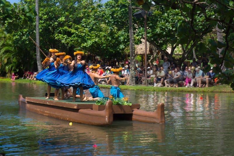 Desfile de centro cultural polinesio de bailarines fotos de archivo
