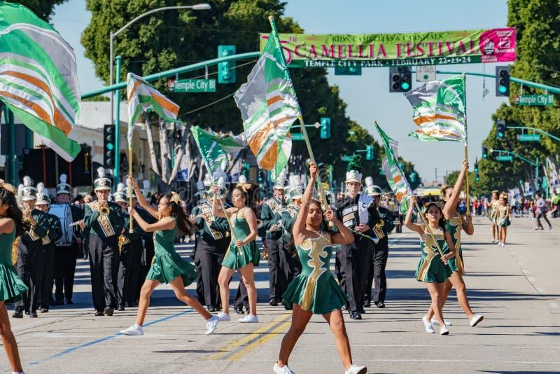 Desfile de la banda de la escuela secundaria de Clifton en Camellia Festival imágenes de archivo libres de regalías