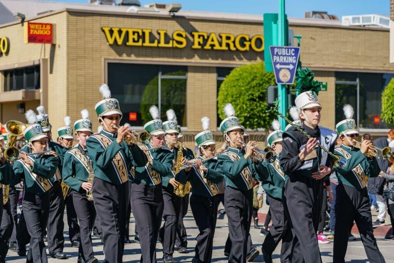 Desfile de la banda de la escuela secundaria de Clifton en Camellia Festival imagenes de archivo