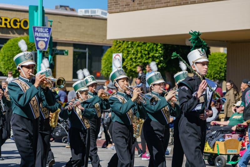 Desfile de la banda de la escuela secundaria de Clifton en Camellia Festival fotografía de archivo libre de regalías