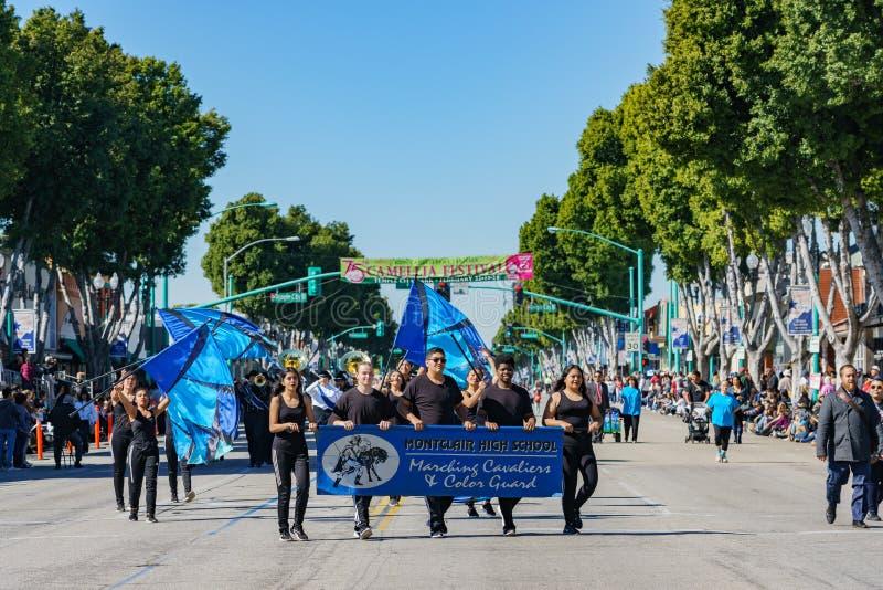 Desfile de la banda de la escuela secundaria de Montclair en Camellia Festival foto de archivo libre de regalías