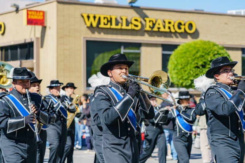 Desfile de la banda de la escuela secundaria de Montclair en Camellia Festival fotos de archivo libres de regalías