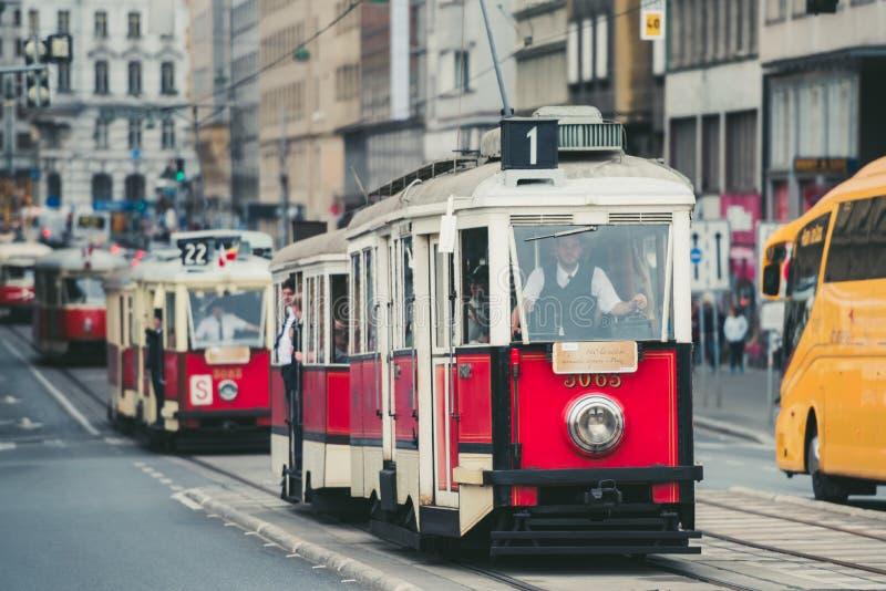 Desfile de la tranvía del vintage, Praga, República Checa imagenes de archivo